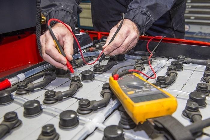 Kiểm tra các cực ắc quy của xe nâng điện