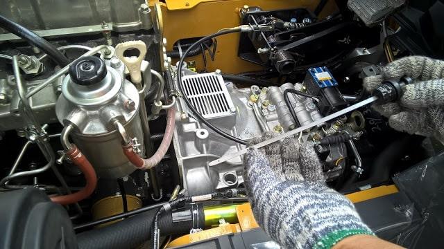 Kiểm tra lượng dầu làm mát trên xe nâng